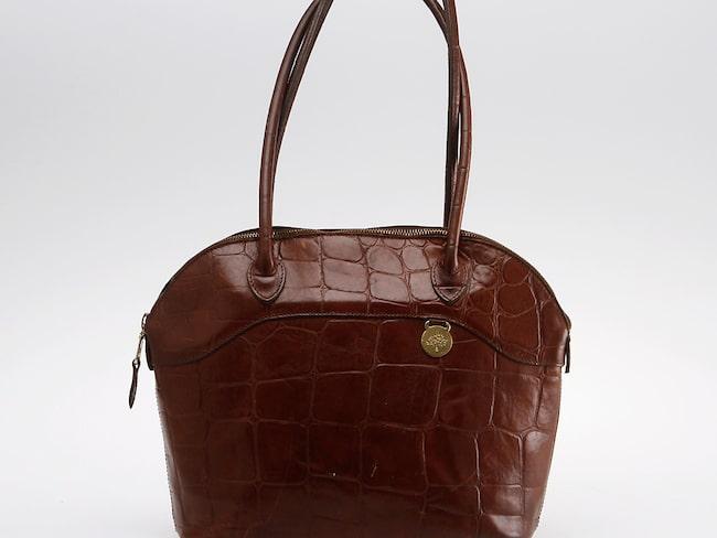 Väska, Mulberry, England. Brunt präglat skinn. Detaljer i gulmetall. Mått 25 x 33 x 12 cm. Slutpris: 1 550 kronor.