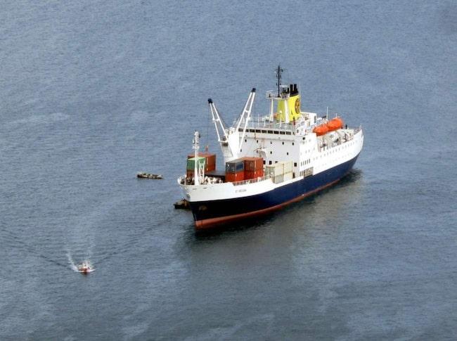 """<span>Den huvudsakliga förbindelsen med resten av världen är en båt som var tredje vecka avverkar resan till eller från St Helena till Kapstaden i Sydafrika. Enkelresan tar fem och ett halvt dygn. Foto: <a href=""""https://www.flickr.com/photos/davidstanleytravel/16362601381/"""" target=""""_blank"""">Flickr/ David Stanley</a></span>"""