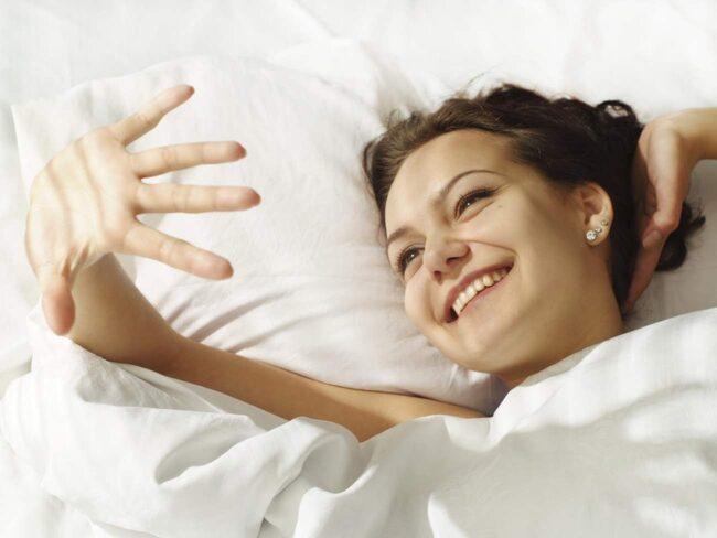 <span>Städexperter och forskare tycker att vi ska bli mer slarviga med att bädda sängen. Då kan man slippa både dammkvalster och allergier.</span>