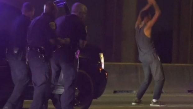 Stoppas av polisen efter biljakt - börjar dansa på motorvägen