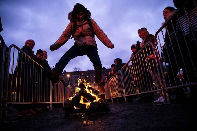 Tiotusentals firade Eldfesten på Heden. Många av dem tog vågade språng över eldarna. Foto: HENRIK JANSSON