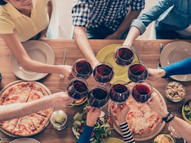 Fest och man ska välja vin. Billigare viner smakar bra men har ingen specifik karaktär, menar vinexperten.