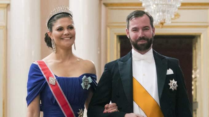 Victoria såg strålande ut i sin blåa baraxlade klänning från Elie Saab. Foto: Larsen, Håkon Mosvold / NTB SCANPIX TT NYHETSBYRÅN