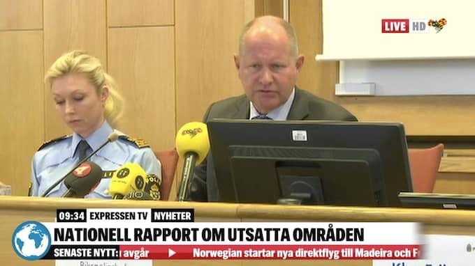Linda Staaf, chef över underrätelseenheten på polisens nationella avdelning och rikspolischefen Dan Eliasson under en presskonferens där man presenterade den nya rapporten om utsatta områden.