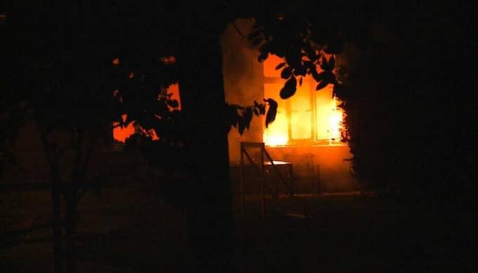 Kopplas till nazist. Branden på Kvarnby Folkhögskola natten mot fredag kan ha varit anlagd. Polisen misstänker att branden kan vara en hämndaktion från nynazistiska rörelser.