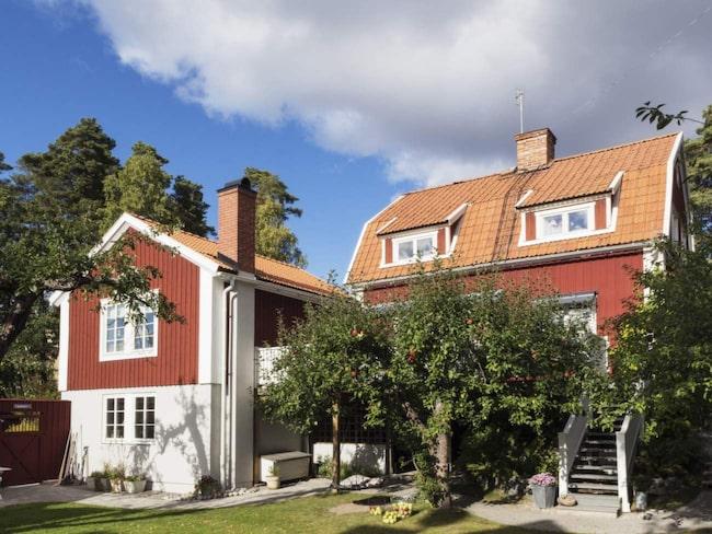 När huset renoverades byggdes även en stor altan som förbinder de två huskropparna. De stora äppelträden ger skugga och insynsskydd.