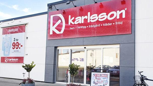 """Nu kan vi berätta att Göran efter att ha sålt Ullared startade upp en ny """"hemlig"""" butik först under namnet Ullared2, med exakt samma koncept. Och den finns än idag men heter Karlsson."""