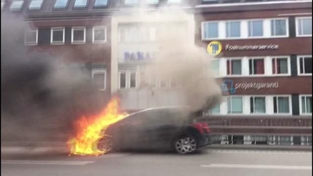 """Bil brinner på E4 - """"Helt övertänd"""""""