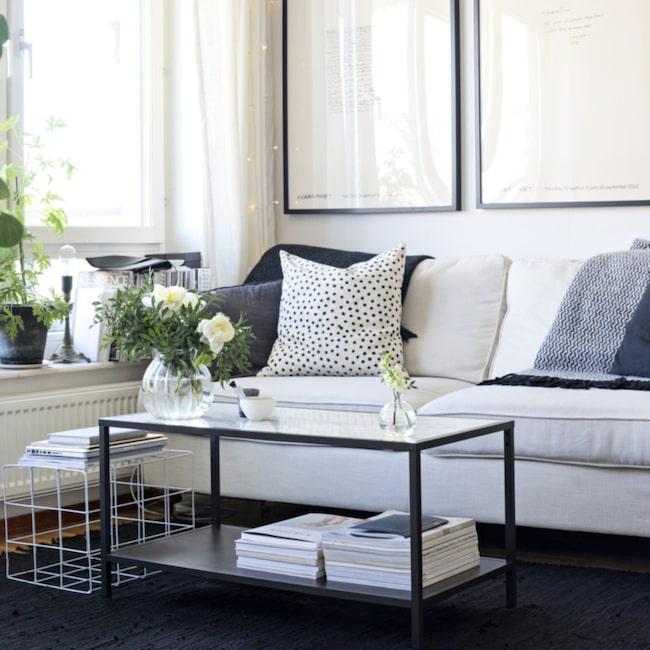 Soffhörnan i Fridas vardagsrum har en luftig stil i dova nyanser. Soffbordet kommer från Ikea, kuddarna kommer från H&M home och Afro art, pläd från Klippan.