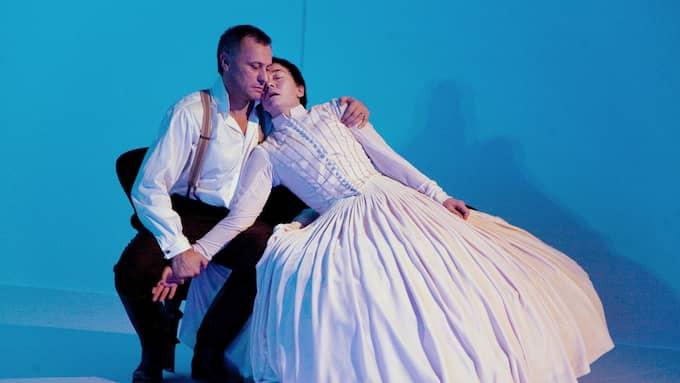 """Michael Nyqvist och Nadja Weiss som Rochester och Bertha i Martina Montelius dramatisering av """"Jane Eyre"""" på Dramaten 2009. Foto: / ROGER STENBERG 2009"""