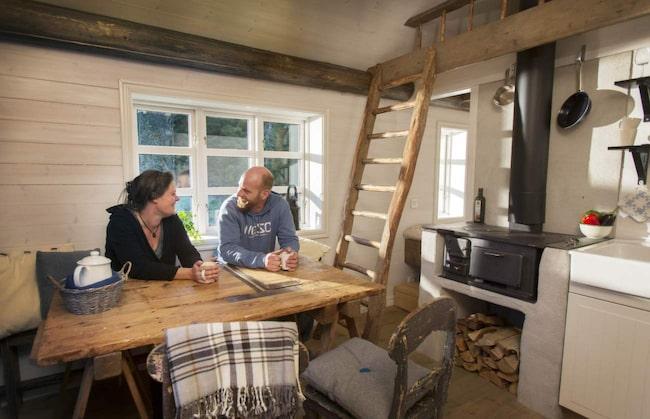 Tanken med inredningen i den här stugan är att återanvända gammalt material. Golvbrädorna är 200 år gamla och sågbordet är från 1900-talets tidigare hälft. Materialet varierar från stuga till stuga.