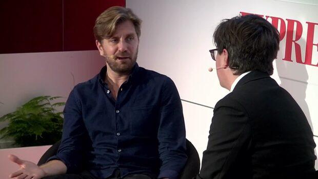 Eric Schüldt i ett samtal med regissören Ruben Östlund