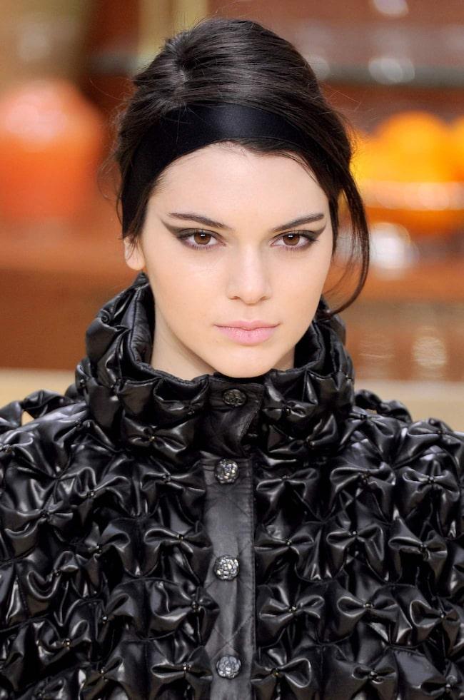 <span>Markerade ögon och ljusa läppar hos Chanel.</span>