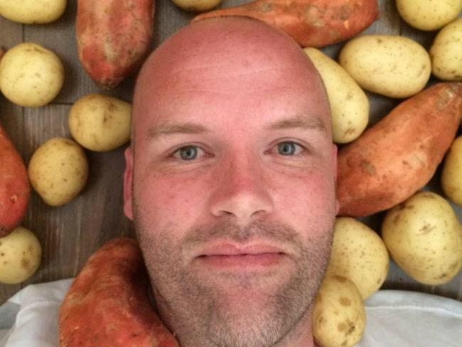 Andrew, 36, hade ett nyårslöfte utöver det vanliga. För att få bukt med sitt matberoende bestämde han sig för att äta BARA potatis i ett år. Han varnades av läkare och dietister. Men stod på sig.