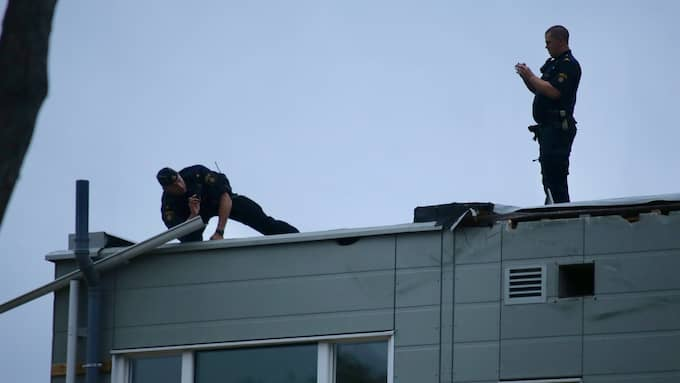Poliser undersöker platsen där luftballongen slog ned. Foto: JANNE ÅKESSON / SWEPIX