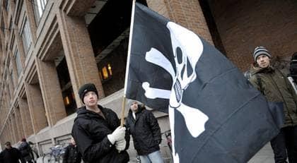 Svarta piratflaggor vajade utanför Stockholms tingsrätt när rättegången mot Pirate Bay startade. Foto: Scanpix