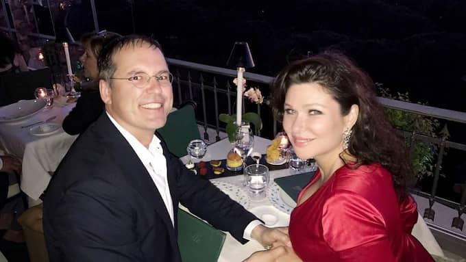 Anders Borg och Dominika Peczynski förlovade sig i Rom tidigare i år. De kom tillsammans till festen på Villa Tjajkovski, där de kände såväl värden och som flera av de prominenta gästerna. Foto: PRIVAT
