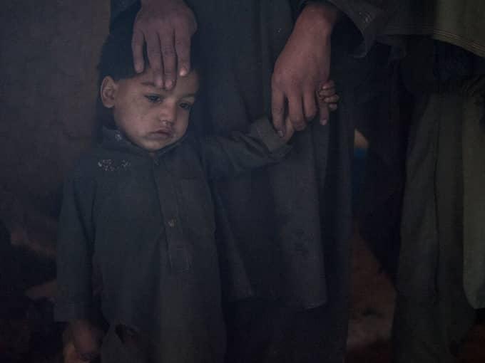 Drabbande. Afghanska Ezat Ishaq Zai, fyra år, porträtteras av Christoffer Hjalmarsson i en ny bok han gjort tillsammans med Expressenkollegan Ivar Andersen. Foto: CHRISTOFFER HJALMARSSON