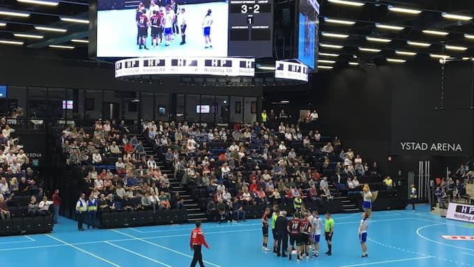 Det läckte in vatten i Ystad arena under handbollsderbyt mellan Ystads IF och Lugi vilket gjorde att domarna stoppade matchen. Foto: JAN PETER ANDERSSON