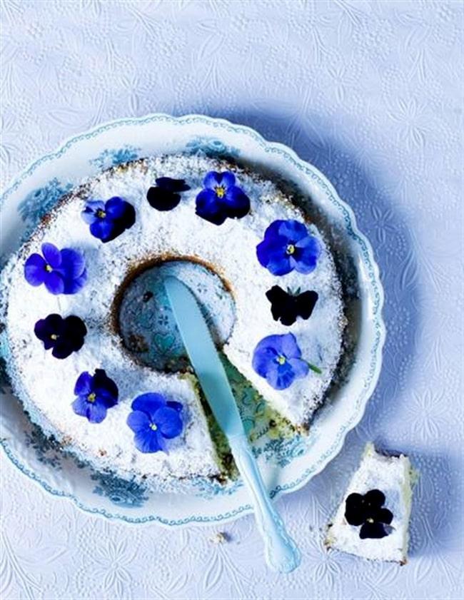 Penséernas tid är här. Varför inte göra en vårkaka med penséer på?! Pudra rikligt med  florsocker över kakan och placera försiktigt penséer runtom.