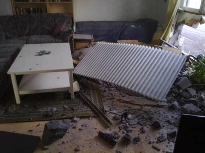 Bilkraschen orsakade stor skada på husväggen, rummet och dess inredning. Foto: Privat
