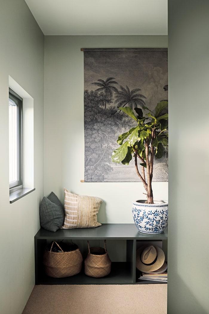 Skapa en spännande och levande känsla i rummet genom att måla väggar och tak  i flera olika nyanser av din favoritfärg. Här är väggarna målade i  kulörerna ... d95ed65cabeec