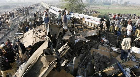 Minst 58 doda i pakistansk tagolycka