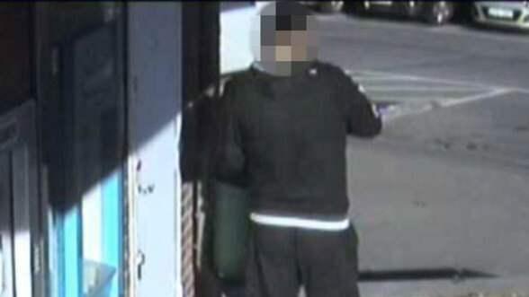 34-åringen fotograferades av en övervakningskamera vid en uttagsautomat. Foto: Polisen