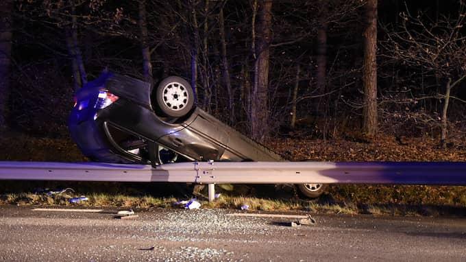 Bilen blev hängande på räcket – upp och ner. Foto: / Anders Gronlund www.strixphoto.net