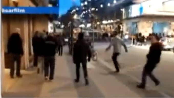 Filmen visar en attack som skedde utanför en bar vid NK i Stockholm i går. Foto: Läsarbild
