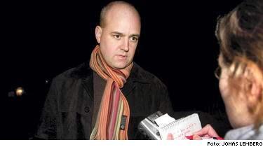 """""""Nu visar Expressen att det är organiserat"""", säger moderatledaren Fredrik Reinfeldt, när han i natt informeras om ännu en hatkampanj mot honom, driven av en s-anställd på nätet."""