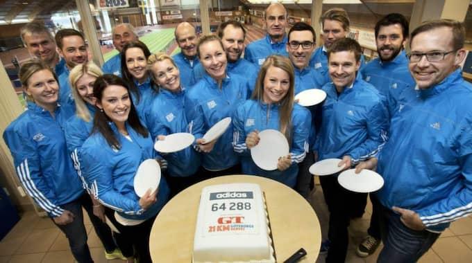 Göteborgvarvet firar deltagarrekordet med tårta. Foto: Maria Steén