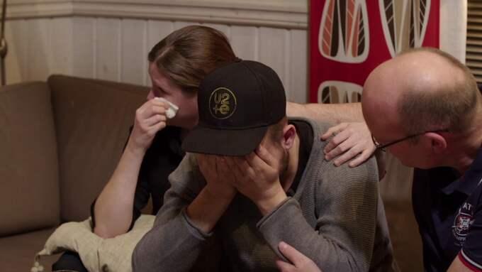 Här bryter Christian ihop och tröstas av sina föräldrar. Foto: SVT/DOKUMENT INIFRÅN