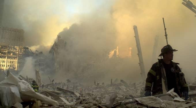Brandman söker efter överlevande i ruinerna efter World trade center i september 2001. Foto: Graham Morrison