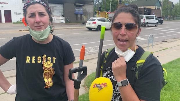Kelsey och Jessica städar upp efter protestkaoset i Minneapolis