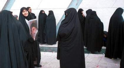 Förtryck. I Iran fängslas kvinnor för att de inte följer regelsystem om klädsel. Vi lider av en oerhörd naivitet i det svenska samhället, när vi inte ser farorna med den religiösa fundamentalismen, säger Maria Hagberg. Foto: AP