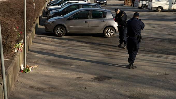 29 februari 2016 En 30-årig ledande gängkriminell sköts ihjäl med automatvapen i sin bil. Han tros ha lockats in i en fälla. Under en period var fem män häktade men försattes senare på fri fot. När polisen tog bort utredaren och satte in på andra ärenden valde åklagaren att avskriva alla misstänkta och överlämnade utredningen till polisen. Foto: FRITZ SCHIBLI
