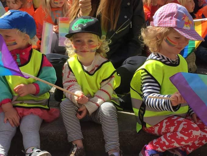 Här sitter paraddeltagarna Valter, Noelle och Bodil Foto: Jonathan Berntsson