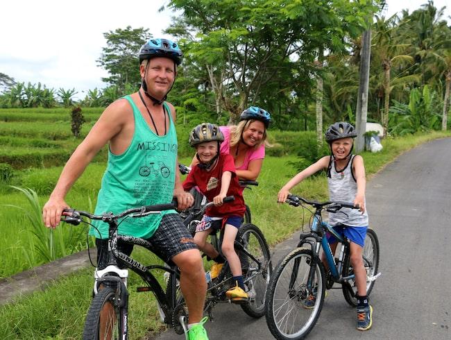 Cykeltur bland risfälten på Bali med familjen