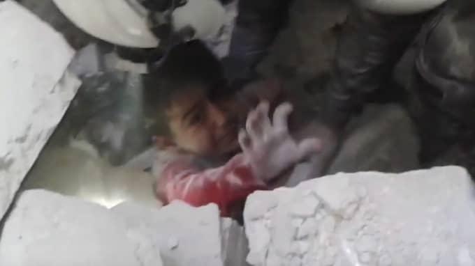 En pojke dras ut ur rasmassorna. Foto: White Helmets / Handout / Epa / Tt / EPA TT NYHETSBYRÅN