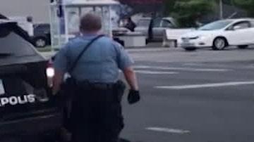 Polis misstänks ha dödat man – sätter knät över halsen