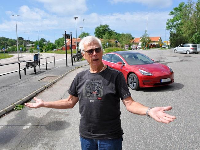 Trots att Åke Hjort betalade bilen kontant i förskott – och meddelade att han inte var hemma vid leveransen – så skickade Tesla hans Model 3 till en annan köpare.