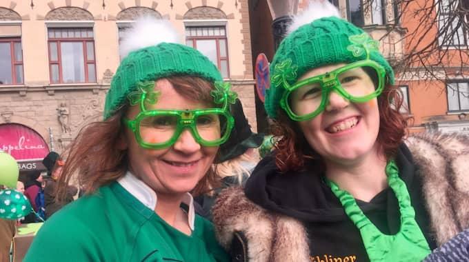 Niamh Kindlon, 35, rörmokare, Monaghan och Ciara Mulligan, 35, ingenjör, Solna firar St Patrick's Day i Gamla stan. Foto: Åsa Asplid