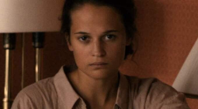 Krossad idyll. Erika (Alicia Vikander) har allt hon kan drömma om. Men när hennes första barn blir svårt skadat vid födseln rasar allt hon byggt upp samman. Foto: Triart film