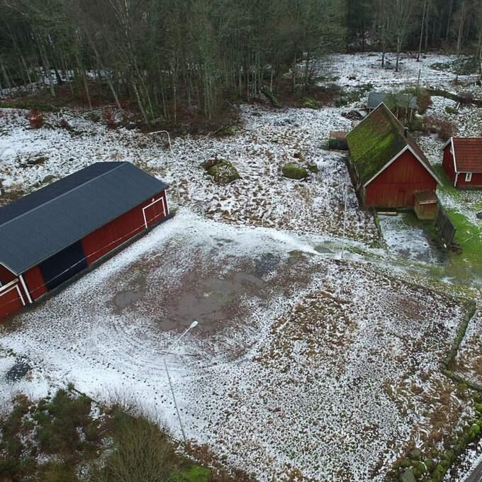 Flygbild över gården där skräckbunkern upptäcktes. Nu har en ny razzia gjorts i läkarens hem, huset till höger på bilden. Foto: Fritz Schibli