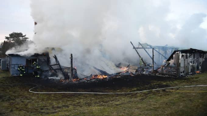 SOS larmades tidigt på lördagsmorgonen om en våldsam brand i en industrilokal i Bromölla. När räddningstjänsten kom fram var branden fullt utvecklad och rökutvecklingen var kraftig. Den eldhärjade byggnaden är delvis förstörd. Foto: Jens Christian Andersson / TOPNEWS.SE