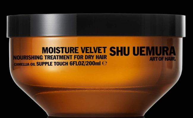 """<span><span class=""""wasp-icon""""></span><span class=""""wasp-icon""""></span></span> <span>Shu Uemura Moisture Velvet, 200 ml, cirka 525 kronor<br>Inpackning för torrt hår, innehåller kameliaolja för att ge den där extra mjukheten, något som känns på den friska, blommiga doften. Resultatet blev dock en besvikelse: torrt och flygigt hår utan den utlovade glansen. Priset drar också ner helhetsbetyget – mycket pengar för liten effekt.<br></span>"""