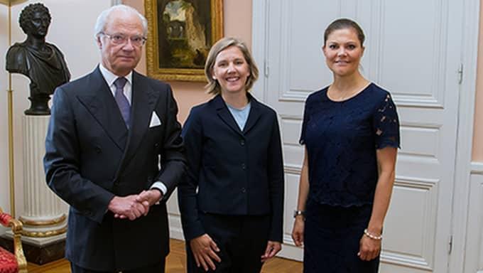 Blusen kostar 299 kronor. Här syns Victoria och kungen med miljöminister Karolina Skog. Foto: Kungahuset.se