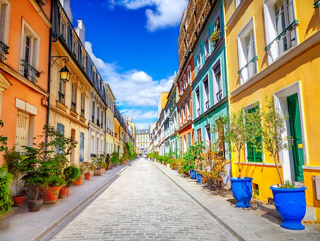 Rue Crémieux lockar turister med sina färgglada hus.