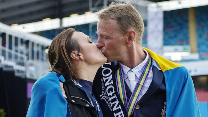 Lisen Bratt Fredricson pussar sin man Peder Fredricson, Sverige, efter att han tagit guld i den individuella hoppfinalen Foto: MATHIAS BERGELD / BILDBYRÅN